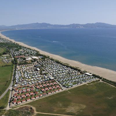 Vista aèria del càmping la Ballena Alegre i de la platja de Sant Pere Pescador.