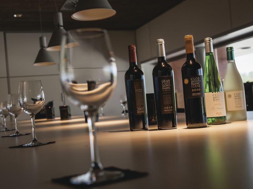 Clos Montblanc, sala de degustación con copas y boetellas de vino.