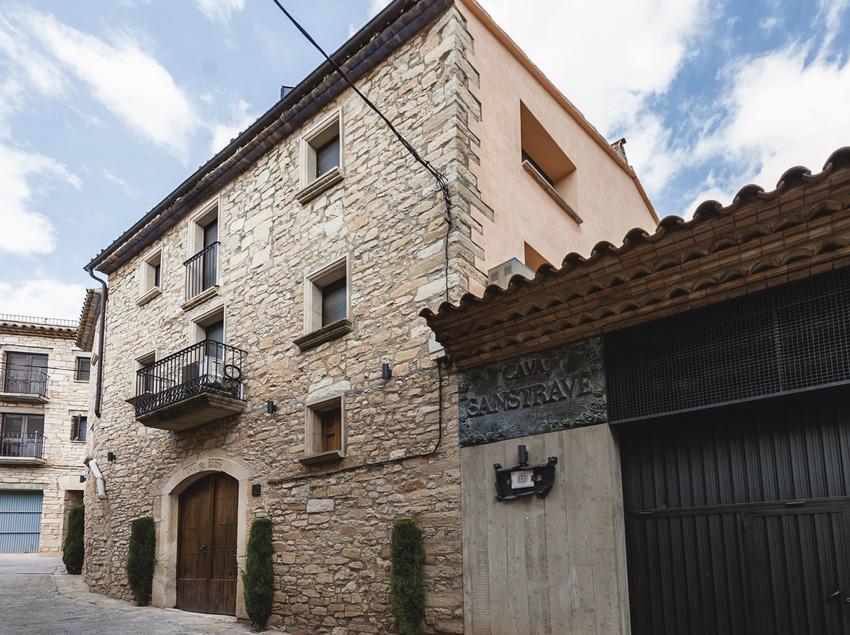 Bodegues Sanstravé, fachada de la bodega y casa rural.