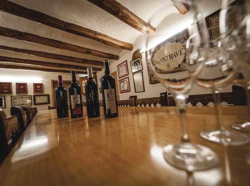 Bodegues Sanstravé, botellas y copas en la sala de degustación de vinos.
