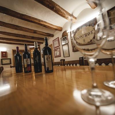 Bodegues Sanstravé, ampolles i copes a la sala de degustació de vins.