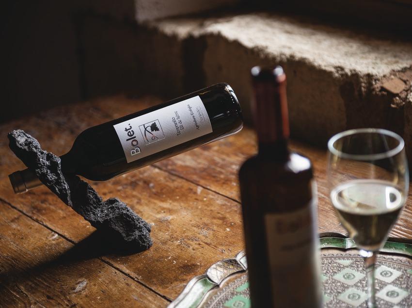 Caves Bolet, detall d'ampolles i copa de vi. (Marc Castellet)