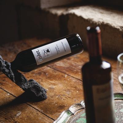 Caves Bolet, detalle de botellas y copa de vino. (Marc Castellet)