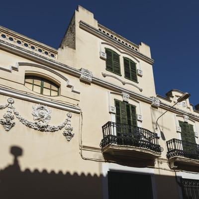 Mascaró, fachada modernista de la cava.