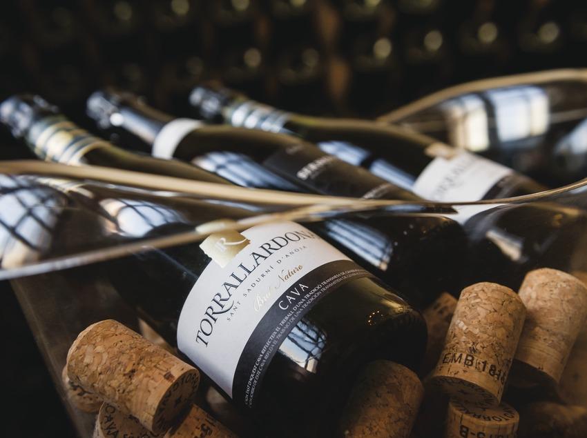 Caves Torrallardona, detall d'ampolles i taps de suro dins la glaçonera.