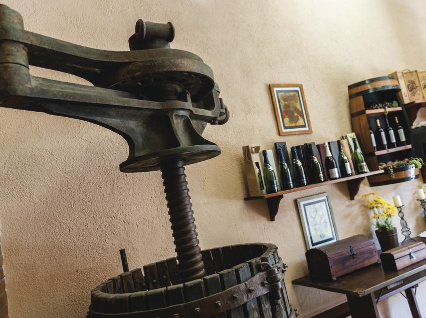 Caves Bonet & Cabestany, detall de premsa antiga i ampolles de fons.
