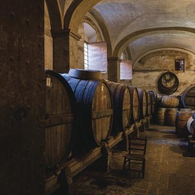 Celler Cal Pla, porta d'entrada i celler amb inscripcions històriques i al·legòriques al vi a les parets.