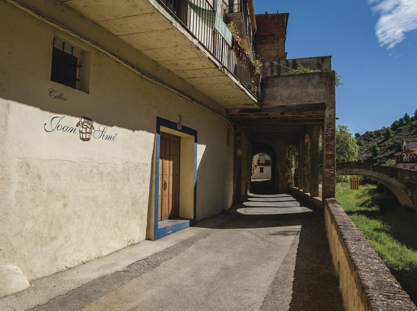 Celler Joan Simó, façana del celler dins el poble de Porrera. (Marc Castellet)