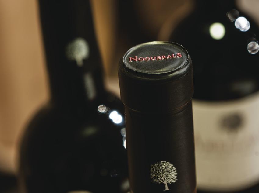 Noguerals, detalle de la cápsula de botellas con la marca.