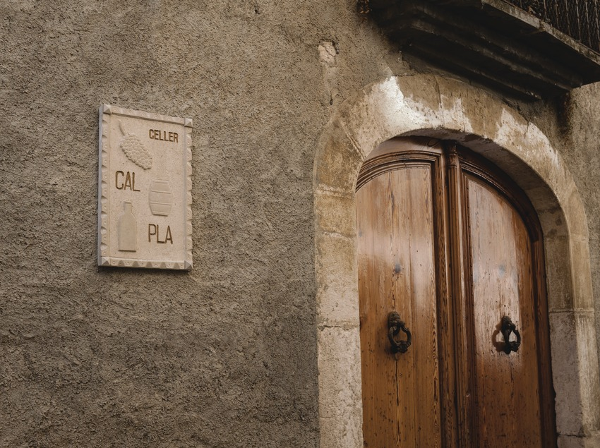 Celler Cal Pla, façana i placa amb el nom de la marca.