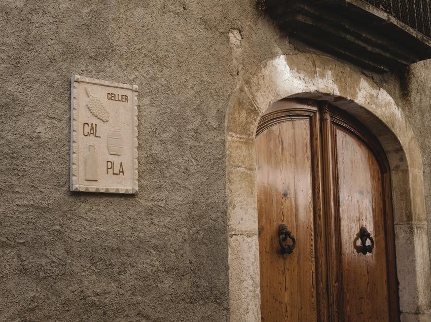 Celler Cal Pla, fachada y placa con el nombre de la marca.