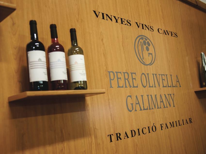 Vins i Caves Olivella Galimany, mostra d'ampolles i logotip.