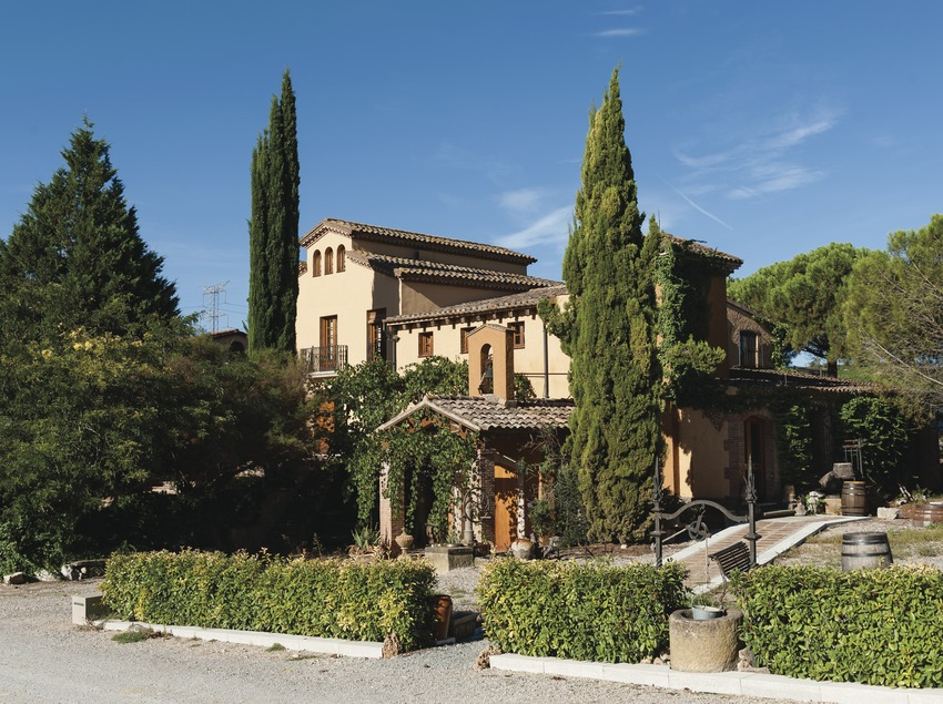 Castellroig, fachada y jardín de la masía. (Marc Castellet)
