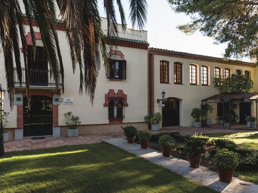 Cavas Hill, façana i jardins.