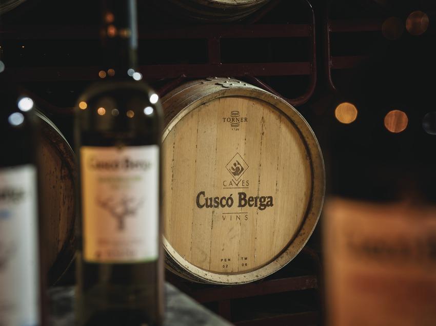 Cuscó Berga, botellas y barrica con inscripción de la marca. (Marc Castellet)