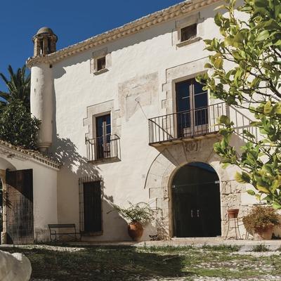 Can Ràfols dels Caus, entrada al pati de la masia amb escultura en primer pla. (Marc Castellet)