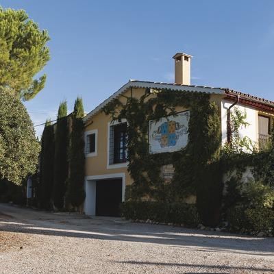 Caves Naveran, jardines y fachada del caserío con escudo de la marca en la pared