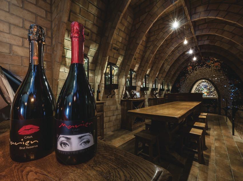 Raventós Rosell - Heretat Vall-Ventós, sala de degustación con botellas en primer plano.