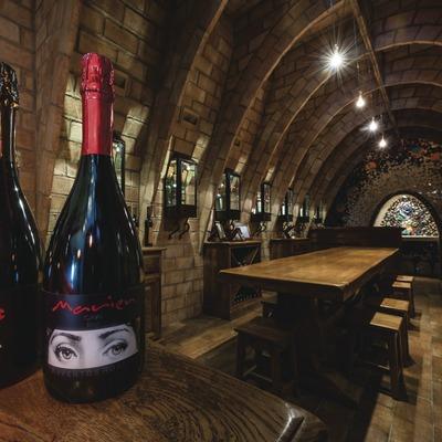 Raventós Rosell - Heretat Vall-Ventósl, sala de degustació amb ampolles en primer pla. (Marc Castellet)
