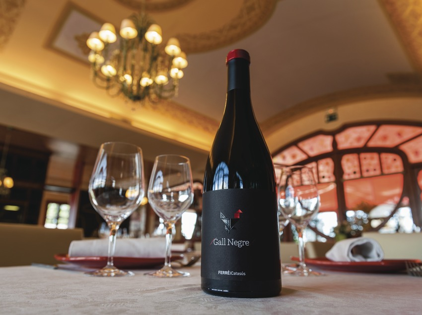 Ferré i Catasús, ampolla sobre taula parada dins el restaurant.  (Marc Castellet)