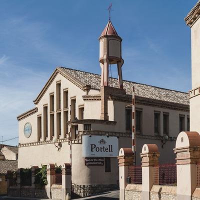 Vinícola de Sarral, fachada de la bodega con logotipos de la marca y la cooperativa. (Marc Castellet)