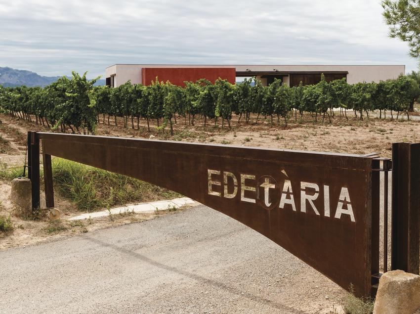 Edetaria, entrada de la finca amb vinyes i celler de fons.
