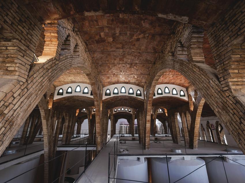 Celler Cooperatiu de Gandesa, interior de la bodega de arquitectura modernista.