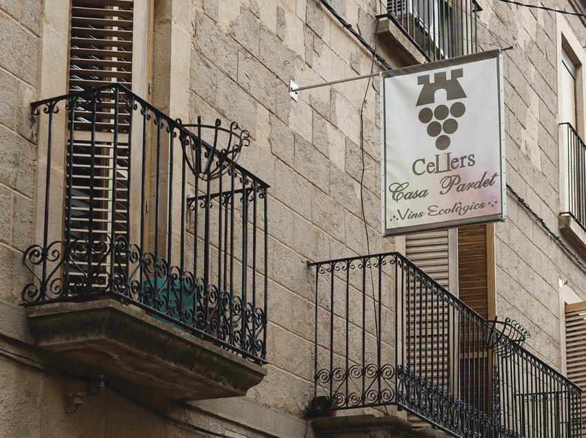 Casa Pardet, façana de la casa i celler. (Marc Castellet)