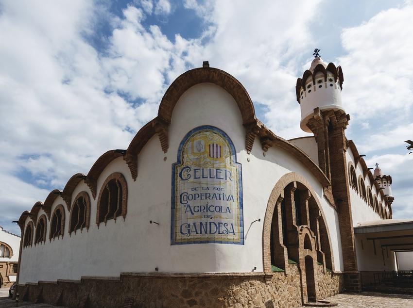 Celler Cooperatiu de Gandesa, façana del celler amb inscripció en rajoles de ceràmica.