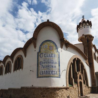 Celler Cooperatiu de Gandesa, fachada de la bodega con inscripción en baldosa de cerámica.