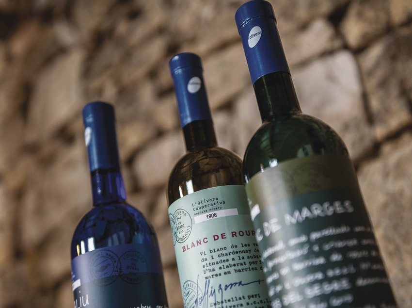 L'Olivera, detall de tres ampolles de vi. (Marc Castellet)