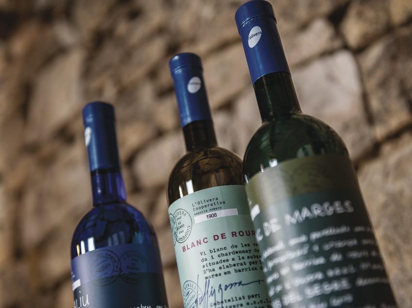 L'Olivera, detalle de tres botellas de vino.