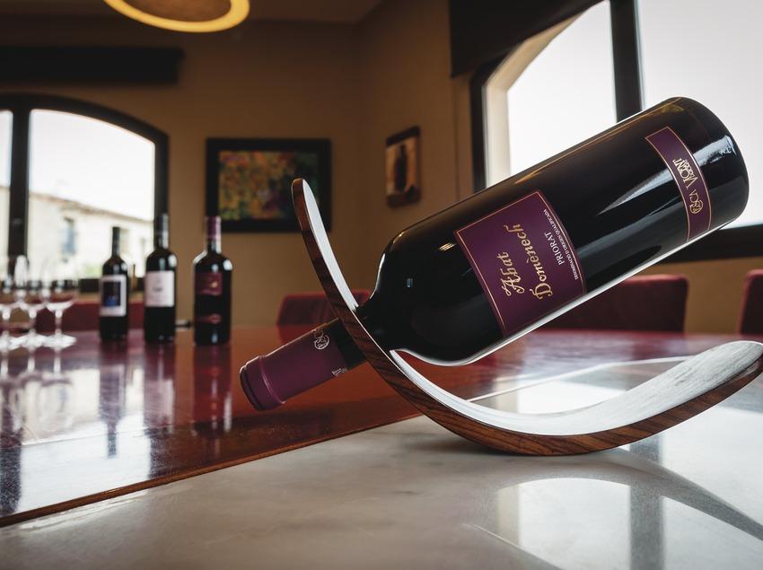 Celler Cesca Vicent, botellas de vino en la sala de degustación.