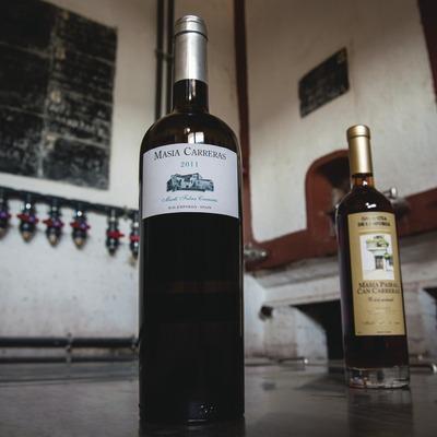 Martí Fabra, botellas con cubas y pizarra de fondo.