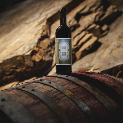 La Vinya del Vuit, botella sobre barrica en la bodega. (Marc Castellet)