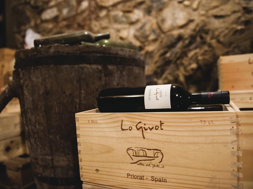 Celler del Pont, botellas en cajas dentro de la bodega. (Marc Castellet)