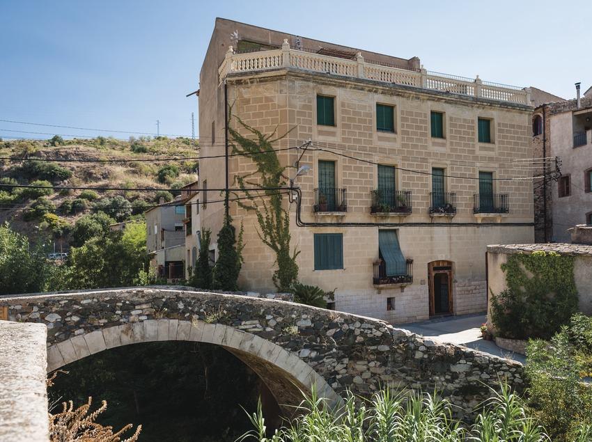 Celler del Pont, fachada de la casa y la bodega al lado del puente. (Marc Castellet)