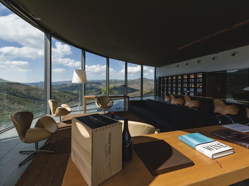 Ferrer Bobet, sala de degustaciones con vistas a las terrazas del Priorat. (Marc Castellet)