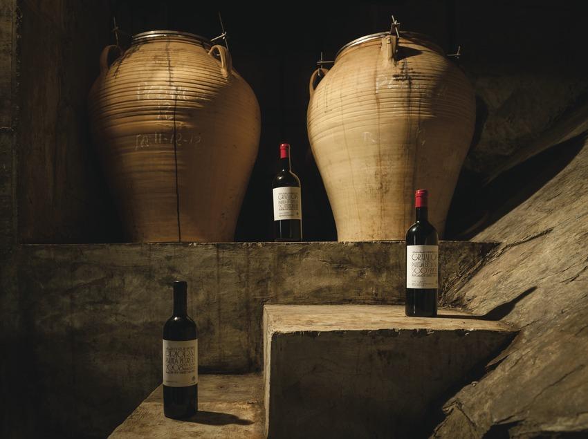 Sara i René Viticultors, botellas y tinas de barro.