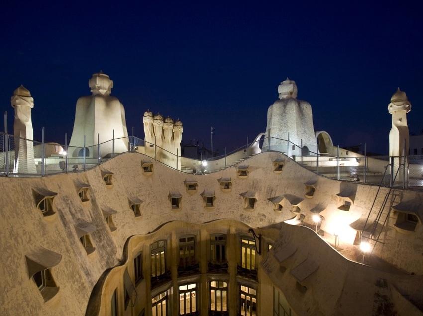 Vista nocturna de la terraza de la Casa Milà, La Pedrera.