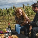 Terra Remota. Parella fent un pícnic i brindant amb vi al costat de les vinyes.