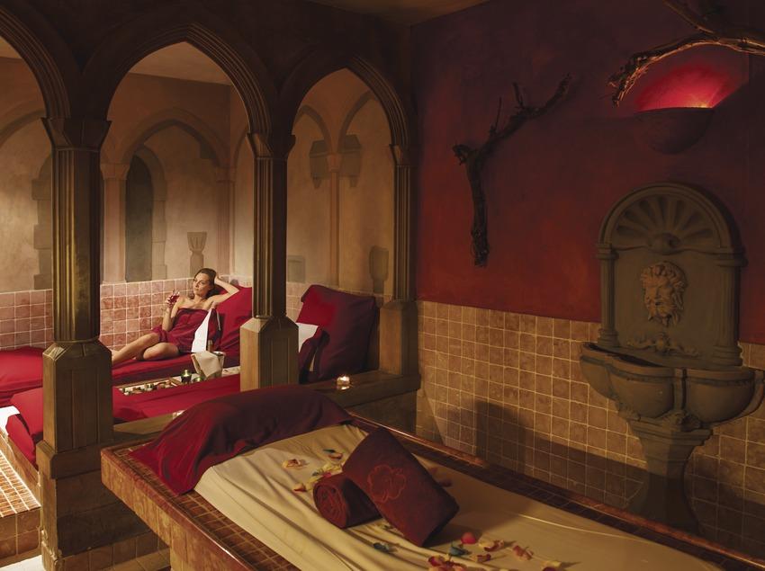 Hotel & Spa Peralada. Noia a la zona termal de l'spa amb cava i fruita   (Marc Castellet)