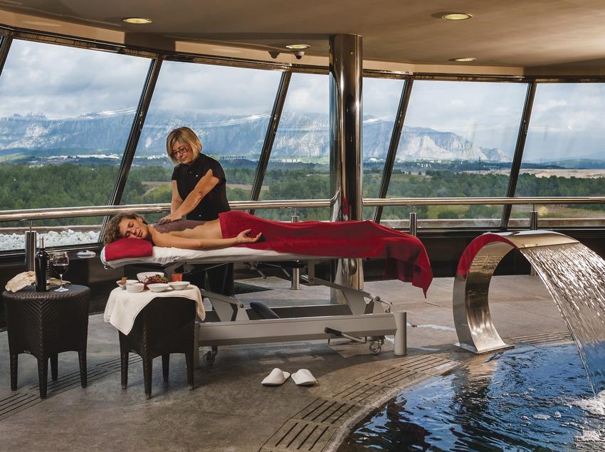 Hotel Can Bonastre. Masaje en el spa con vistas a la montaña. (Marc Castellet)