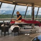 Hotel Can Bonastre. Massatge a l'spa amb vistes a Montserrat. (Marc Castellet)
