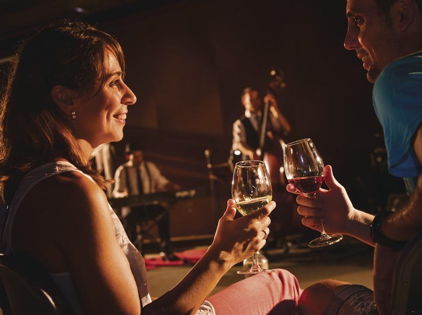 La Vinyeta. Pareja brindando con vino durante un concierto en la bodega   (Marc Castellet)