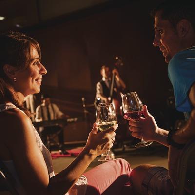 La Vinyeta. Pareja brindando con vino durante un concierto en la bodega.