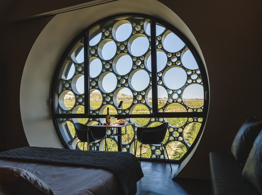 Hotel Mas Tinell. Interior de una habitación con vistas del viñedo y mesa de bienvenida preparada   (Marc Castellet)
