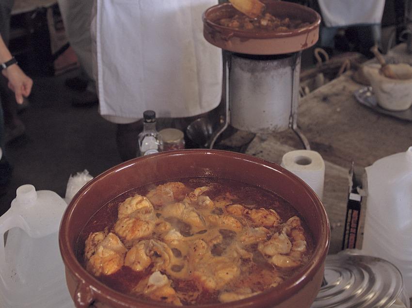 Concurso de maestros romescaires (los que hacen la salsa romesco para los calçots) durante las fiestas de Santa Tecla en Tarragona.