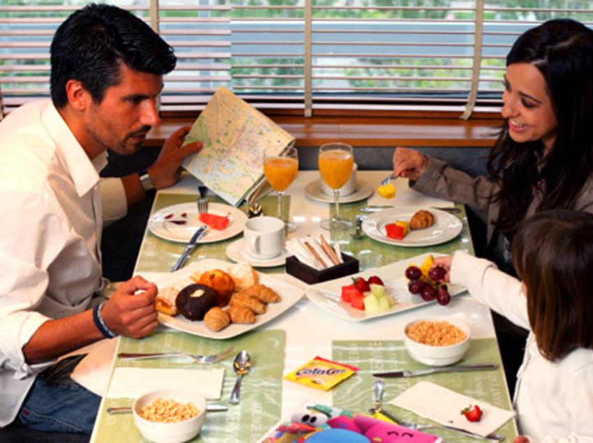 Família esmorzant a l'hotel. (Expo Hotel Barcelona)
