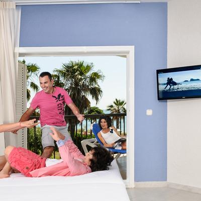 Una família ben instal·lada a la seva habitació. (Complex Pueblo El Dorado Playa, Cambrils)